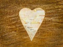 Ξύλινη μορφή καρδιών σε μια αναδρομική ξύλινη ανασκόπηση Στοκ Φωτογραφία