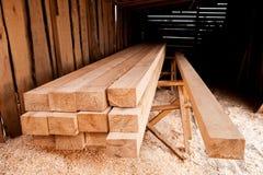 Ξύλινη ξυλεία στο πριονιστήριο στοκ εικόνα