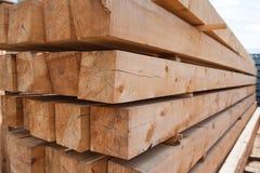 Ξύλινη ξυλεία στο πριονιστήριο στοκ εικόνες