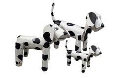 Ξύλινη οικογενειακή στάση σκυλιών που απομονώνεται στο άσπρο backgtound στοκ φωτογραφία με δικαίωμα ελεύθερης χρήσης
