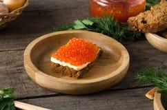 Ξύλινη πρασινάδα πιάτων χαβιαριών σολομών σάντουιτς στοκ εικόνες με δικαίωμα ελεύθερης χρήσης