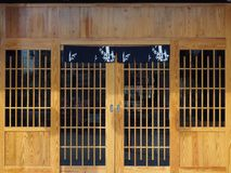 Ξύλινη πόρτα και μπροστινός τοίχος, ιαπωνικό ή κινεζικό εστιατόριο, διάστημα για το όνομα του εστιατορίου ή κείμενο και λογότυπο Στοκ Εικόνες