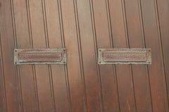Ξύλινη πόρτα με δύο αυλακώσεις ταχυδρομείου Στοκ φωτογραφία με δικαίωμα ελεύθερης χρήσης