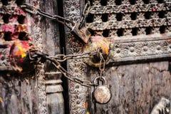 Ξύλινη πόρτα με την αλυσίδα και τις κλειδαριές στοκ φωτογραφίες με δικαίωμα ελεύθερης χρήσης
