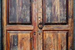 Ξύλινη πόρτα με την κλειδαριά και τα ρόπτρα στοκ φωτογραφία με δικαίωμα ελεύθερης χρήσης