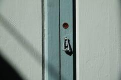 Ξύλινη πόρτα με την κλειδαριά και τα ρόπτρα στοκ εικόνες
