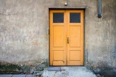 Ξύλινη πόρτα σε έναν τοίχο Στοκ εικόνες με δικαίωμα ελεύθερης χρήσης