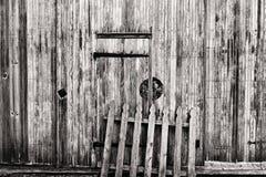Ξύλινη πόρτα σιταποθηκών και παλαιά φραγή Στοκ φωτογραφία με δικαίωμα ελεύθερης χρήσης