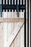 Ξύλινη πόρτα σιταποθηκών στους κυλίνδρους στο ύφος σοφιτών και αγροτικός Στοκ Φωτογραφία