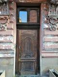 Ξύλινη πόρτα στο παλαιό σπίτι στοκ φωτογραφία με δικαίωμα ελεύθερης χρήσης