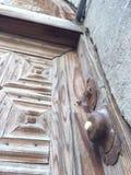 Ξύλινη πόρτα φιαγμένη από τετραγωνικός και παλαιός Στοκ Φωτογραφία