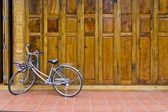 Ξύλινη πόρτα Στοκ εικόνα με δικαίωμα ελεύθερης χρήσης