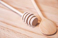 Ξύλινη ράβδος για το μέλι και ξύλινο κουτάλι στον ξύλινο πίνακα στοκ εικόνες