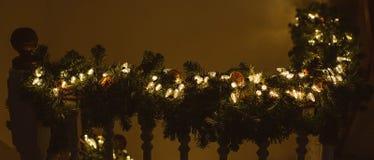 Ξύλινη ράγα ραμπών που διακοσμείται για τα Χριστούγεννα στοκ φωτογραφίες με δικαίωμα ελεύθερης χρήσης