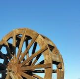 Ξύλινη ρόδα κουπιών νερού - μπλε ουρανός Στοκ Εικόνες