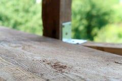 Ξύλινη σανίδα εστίασης και θολωμένοι πόλοι σε μια κατασκευή στοκ φωτογραφίες