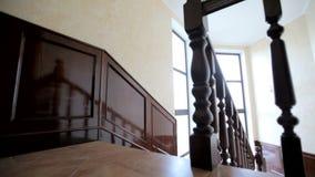Ξύλινη σκάλα με τα κιγκλιδώματα στο λόμπι του ξενοδοχείου Ι φιλμ μικρού μήκους