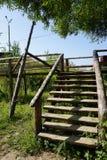 Ξύλινη σκάλα με το τραχύ κιγκλίδωμα από τα κούτσουρα στοκ φωτογραφίες