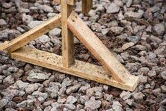 Ξύλινη στάση στο αμμοχάλικο στοκ φωτογραφία με δικαίωμα ελεύθερης χρήσης
