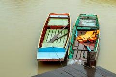 Ξύλινη σταθμευμένη σκάφη λιμενική προκυμαία στοκ εικόνες