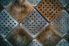 Ξύλινη σύσταση με τα τετράγωνα και τις τρύπες εσωτερικών στοκ εικόνες
