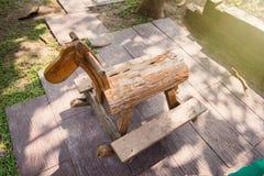 Ξύλινη τέχνη Άλογο λικνίσματος φιαγμένο από παλαιό ξύλο Το κεφάλι μοιάζει με το α Στοκ φωτογραφία με δικαίωμα ελεύθερης χρήσης