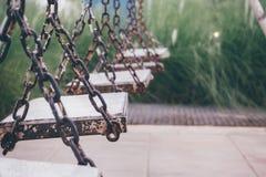 Ξύλινη ταλάντευση στο πάρκο παιδικών χαρών Στοκ Εικόνες