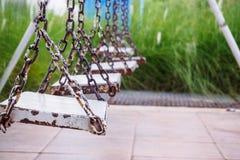Ξύλινη ταλάντευση στο πάρκο παιδικών χαρών Στοκ φωτογραφία με δικαίωμα ελεύθερης χρήσης