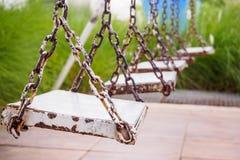Ξύλινη ταλάντευση στο πάρκο παιδικών χαρών Στοκ Φωτογραφίες