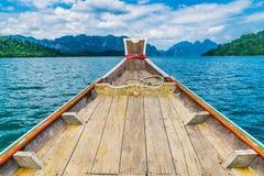 Ξύλινη ταϊλανδική βάρκα στο φράγμα Ratchaprapha στο εθνικό πάρκο Khao Sok Στοκ Εικόνες