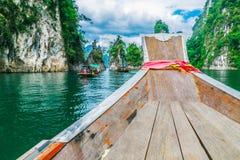 Ξύλινη ταϊλανδική βάρκα στο φράγμα Ratchaprapha στο εθνικό πάρκο Khao Sok Στοκ Φωτογραφία