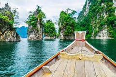 Ξύλινη ταϊλανδική βάρκα στο φράγμα Ratchaprapha στο εθνικό πάρκο Khao Sok Στοκ εικόνα με δικαίωμα ελεύθερης χρήσης