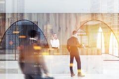 Ξύλινη υποδοχή στο σύγχρονο λόμπι γραφείων, άνθρωποι Στοκ φωτογραφία με δικαίωμα ελεύθερης χρήσης
