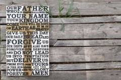 Ξύλινη χαρασμένη λέξη της προσευχής Λόρδου ` s παλαιό ξεπερασμένο σε ξύλινο Στοκ Φωτογραφίες