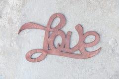 Ξύλινη χειρόγραφη αγάπη σημαδιών στο συγκεκριμένο υπόβαθρο Στοκ φωτογραφίες με δικαίωμα ελεύθερης χρήσης