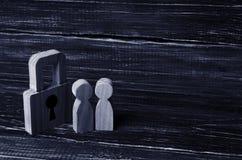 Ξύλινοι άνθρωποι με τα λουκέτα Δύο άνθρωποι με μια κλειδαριά Ασφάλεια Στοκ Φωτογραφίες
