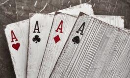 Ξύλινοι άσσοι καρτών παιχνιδιού για τη διακόσμηση Στοκ φωτογραφία με δικαίωμα ελεύθερης χρήσης