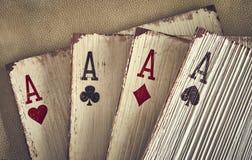 Ξύλινοι άσσοι καρτών παιχνιδιού για τη διακόσμηση Στοκ Εικόνα