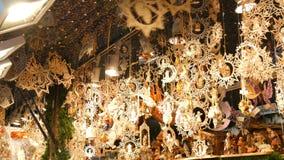 Ξύλινοι αριθμοί με τα θρησκευτικά θέματα Χριστουγέννων που ταλαντεύονται στον αέρα Ξύλινα παιχνίδια Χριστουγέννων ως ντεκόρ για τ απόθεμα βίντεο