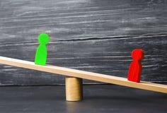 Ξύλινοι αριθμοί των ανθρώπων οι ανταγωνιστές στην επιχείρηση στέκονται στις κλίμακες δοκιμή Σύγκρουση νίκη ήττας κακός και καλός  Στοκ Εικόνα