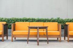 Ξύλινοι καναπές και καρέκλα Στοκ Φωτογραφίες