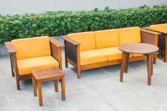 Ξύλινοι καναπές και καρέκλα Στοκ φωτογραφία με δικαίωμα ελεύθερης χρήσης