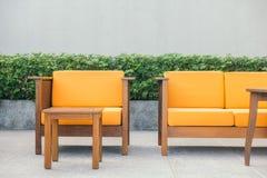 Ξύλινοι καναπές και καρέκλα Στοκ Φωτογραφία