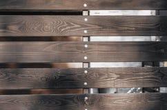 Ξύλινοι καφετιοί πίνακες φρακτών με τα χάσματα στοκ εικόνες