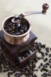Ξύλινοι μύλος καφέ και φασόλια καφέ στοκ φωτογραφία με δικαίωμα ελεύθερης χρήσης