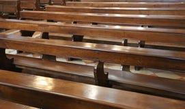 ξύλινοι πάγκοι μέσα σε μια εκκλησία Στοκ φωτογραφίες με δικαίωμα ελεύθερης χρήσης