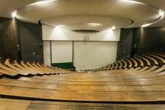 Ξύλινοι πάγκοι μέσα στην αίθουσα συνεδριάσεων του τεχνικού πανεπιστημίου για τη βαθμολόγηση των σπουδαστών Στοκ Εικόνες