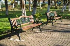 Ξύλινοι πάγκοι πάρκων σε ένα πάρκο μια όμορφη ηλιόλουστη ημέρα Στοκ φωτογραφίες με δικαίωμα ελεύθερης χρήσης