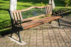 Ξύλινοι πάγκοι πάρκων σε ένα πάρκο μια όμορφη ηλιόλουστη ημέρα Στοκ εικόνα με δικαίωμα ελεύθερης χρήσης