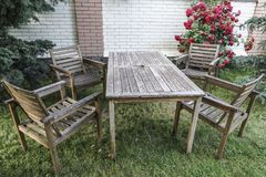 Ξύλινοι πίνακας και καρέκλες στον κήπο Στοκ Εικόνα